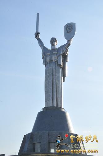 """""""祖国母亲""""雕像前是一个宽阔的广场,每年5月9日,政府都要在这里隆重"""
