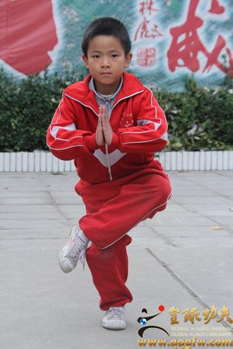 全球功夫网讯(记者:徐云)童年是美好的;是纯洁的;是快乐的。童年是人生的开端,童年是生命的起点,童年是没有涂字的白纸,童年是花朵上的露珠,童年是初升的太阳,童年是美丽的春天。来自北京少林武术学校总校区的闫鹏飞,就是一位正在享受这种童年的学生。 今年9岁的闫鹏飞,上三年级,在北京少林武术学校学习已经四年了,看上去机敏的闫鹏飞从一开始的踢腿、扎马步到现在已经学会了小洪拳、八极拳、初级一路和初级二路,小鹏飞都做的有模有样,但小鹏飞也表示,每次让他感到最累的活动要属跑步和蹲跳了。