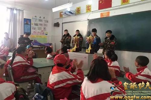 七一维古小学的校长王瑛是苏木达尔基的老师,他为明星学生而自豪骄傲.
